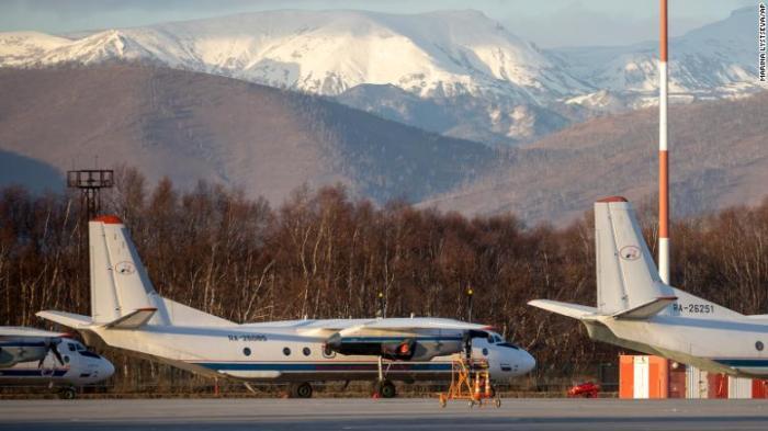 صورة للطائرة المنكوبة من طراز أنتونوف An-26 وهي مزودة بـ2 محرك توربيني، في مطار خارج بتروبافلوفسك-كامتشاتسكي، روسيا، في نوفمبر 2020