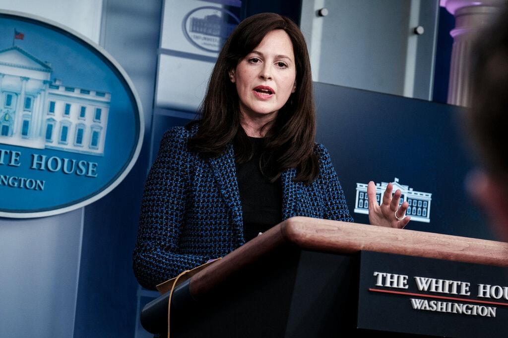 آن نويبرجر، نائبة مستشار الأمن القومي للتكنولوجيا الإلكترونية والناشئة، تقود استجابة إدارة بايدن لاختراق مايكروسوفت.