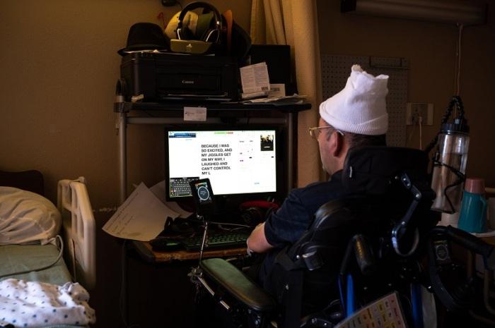 """في مكالمة فيديو مع صحيفة نيويورك تايمز ، تواصل بانشو باستخدام طريقة مضنية تتضمن """"ماوس"""" يتحكم فيها الرأس ويوجهها لكتابة الحروف واحدة تلو الأخرى"""