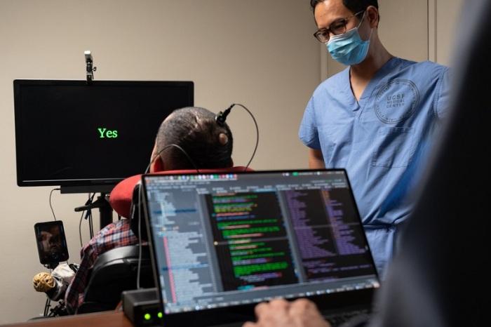 في إنجاز لم يكن متصورًا في السابق ، تقوم الأقطاب الكهربائية المزروعة في دماغ الرجل بنقل الإشارات إلى جهاز كمبيوتر يعرض كلماته.