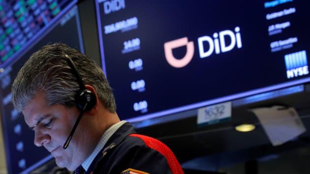 أحد العاملين في البورصة أثناء الاكتتاب العام لشركة Didi Global Inc الصينية في بورصة نيويورك (NYSE) في الولايات المتحدة يوم 30 يونيو 2021