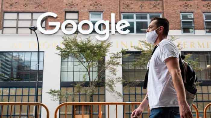 شخص يرتدي كمامة طبية خارج مكاتب جوجل في تشيلسي حيث تواصل المدينة المرحلة الرابعة من إعادة الفتح بعد القيود المفروضة لإبطاء انتشار فيروس كورونا في 29 سبتمبر 2020 في مدينة نيويورك