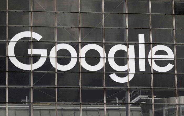"""تم عرض شعار جوجل في الحي التجاري والمالي """"لا ديفانس""""، غرب باريس"""