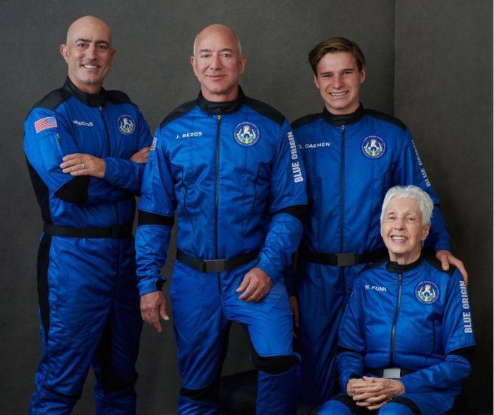 من اليسار: مارك بيزوس، جيف بيزوس، أوليفر دايمن، والي فونك