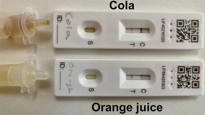 يمكن أن تؤدي حموضة العديد من المشروبات الغازية وعصائر الفاكهة إلى نتائج إيجابية مزيفة في اختبار التدفق الجانبي لفيروس كورونا، لكنها تظل سلبية مع اختبار تفاعل البوليميراز المتسلسل (بي سي أر)