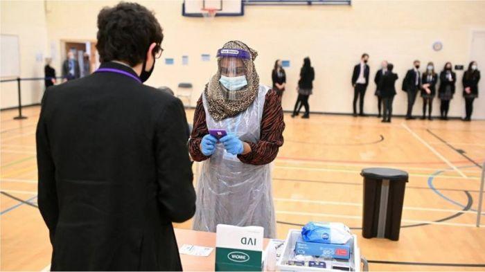 استخدمت العديد من المدارس في المملكة المتحدة اختبار التدفق الجانبي للتحقق مما إذا كان التلاميذ مصابين بفيروس كورونا أم لا