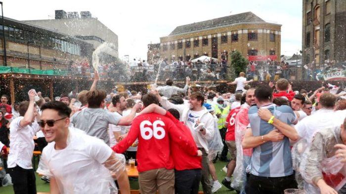 مشجعو المنتخب الانجليزي يحتفلون بالهدف الاول
