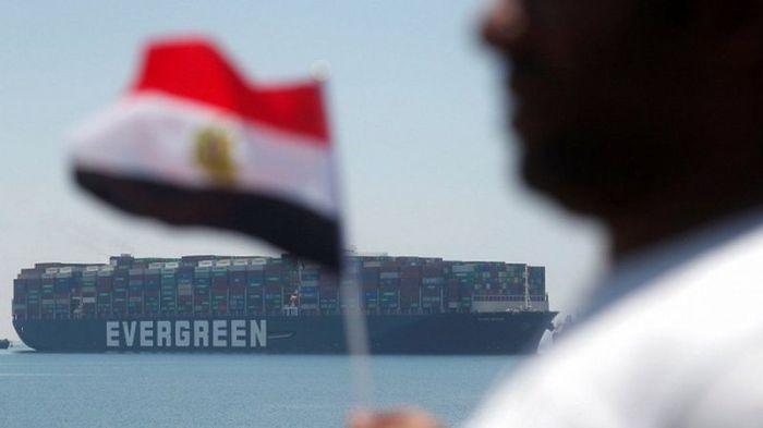 أغلقت سفينة إيفر جيفن الممر الملاحي لقناة السويس في شهر مارس 2021 لمدة أسبوع كامل