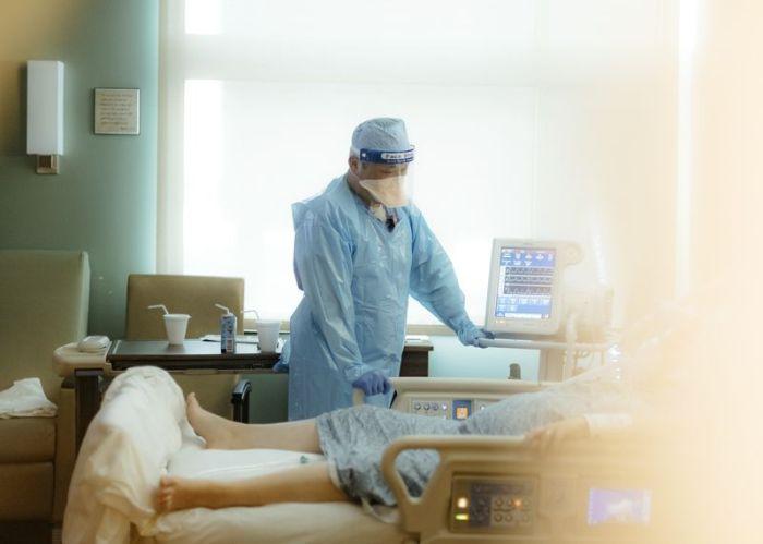 ممرض يقوم بفحص مريض في جناح العناية المركزة لمرضي كوفيد-19 في أركنساس بالولايات المتحدة، يوم 4 أغسطس 2021