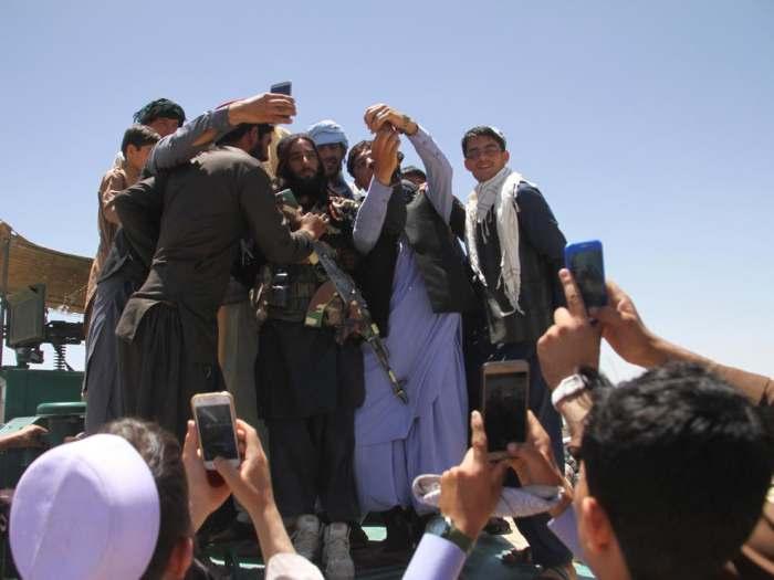 مسلحون من طالبان يلتقون بالشعب الأفغاني الذي يلتقط لهم صور سيلفي