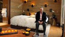 رجل الأعمال المصري سميح ساويرس ، صاحب شركة أوراسكوم للتنمية القابضة (ODH) يقف في غرفة من فندق تشيدي أندرمات وسط سويسرا في 14 فبراير 2012. ساويرس قام ببناء منتجع فندقي مذهل من فئة الخمس نجوم في أندرمات