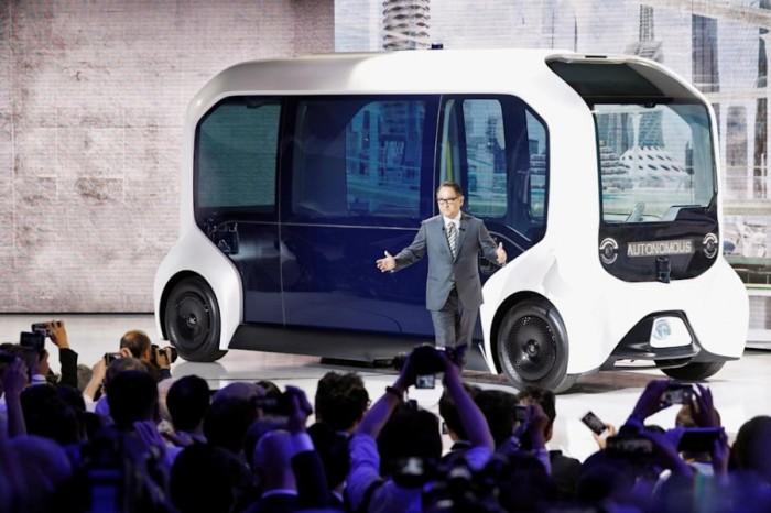الرئيس التنفيذي لشركة تويوتا أكيو تويودا، يصل في سيارة ذاتية القيادة من طراز e-Palette لتقديم عرضه التقديمي في معرض طوكيو للسيارات، في طوكيو، اليابان يوم 23 أكتوبر 2019