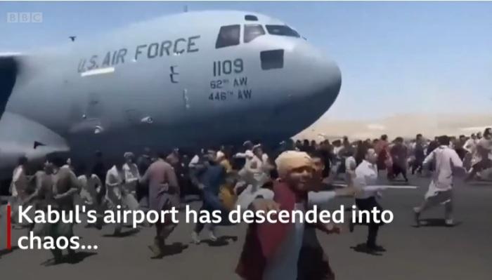 مطار كابول عاصمة أفغانستان وقد تحول الي فوضي عارمة بينما يحاول الآلاف الفرار من قيضة طالبان