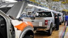 عمال يصنعون شاحنات فورد أف-150 في أحد مصانع تجميع السيارات بالولايات المتحدة
