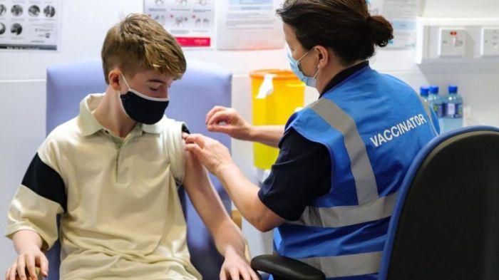 مراهق يتلقى جرعته الأولى من لقاح كوفيد-19 في دبلن في أيرلندا