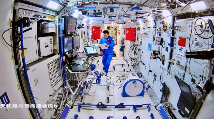 يعمل رائد الفضاء الصيني تانج هونجبو من مهمة شنتشو -12 داخل الوحدة الأساسية تيانهي بمحطة الفضاء الصينية حيث يقوم زملاؤه بأنشطة خارج المحطة الفضائية يوم 20 أغسطس 2021