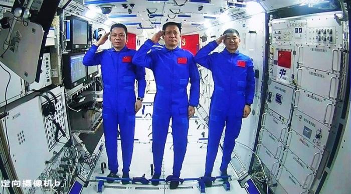 رواد الفضاء الصينيون، يؤدون التحية من على متن الوحدة الأساسية لمحطة الفضاء الصينية تيانهي خلال محادثة فيديو مع الرئيس الصيني شي جين بينج، الأربعاء 23 يونيو 2021