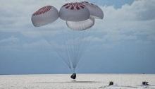 الكبسولة Crew Dragon هبطت في المحيط الأطلسي باستخدام أربع مظلات