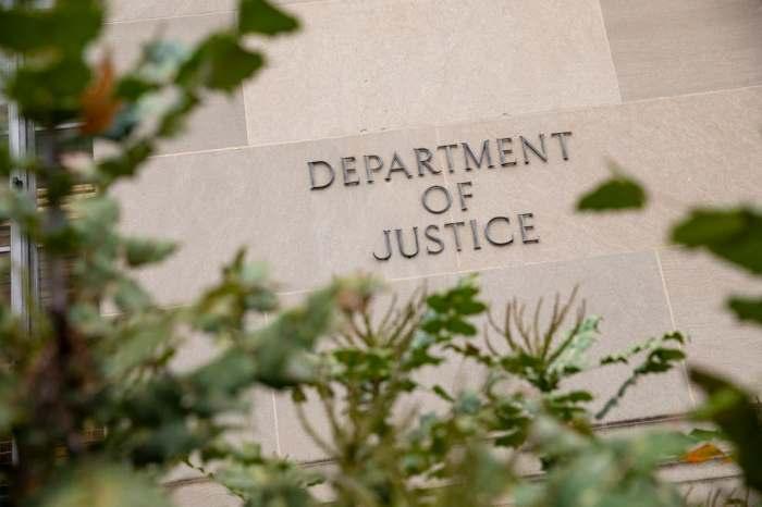 الممثل: وزارة العدل اتهمت مسؤولي المخابرات الثلاثة السابقين بارتكاب احتيال حاسوبي وانتهاك قوانين مراقبة الصادرات بتقديم خدمات دفاعية دون الترخيص المطلوب.