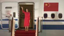 المديرة المالية لشركة هواوي منج وانزو، لدى وصولها إلى الصين، بعد أن اتُهمت بالاحتيال من قبل المدعين الأمريكيين