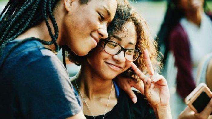 موقع فيسبوك يرى أن علاقة الناس بمواقع التواصل الاجتماعي معقدة قد تكون إيجابية أو سلبية