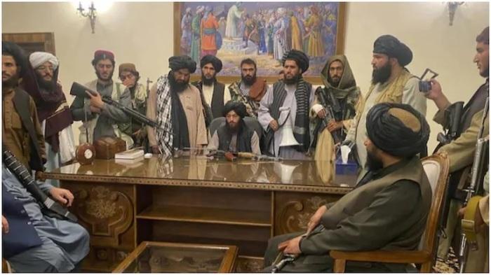 مقاتلو طالبان بعد سيطرتهم على القصر الرئاسي في كابول
