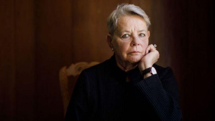 البروفسورة فيليس جاردنر أخبرت هولمز بأن فكرتها غير قابلة للتطبيق.