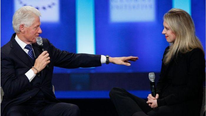 هولمز مع الرئيس الأمريكي السابق بل كلينتون.