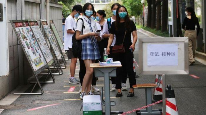 طلاب في مدينة نانجينغ الصينية يصطفون لتلقي جرعة من لقاح كوفيد في مدرسة تشونغهوا الثانوية