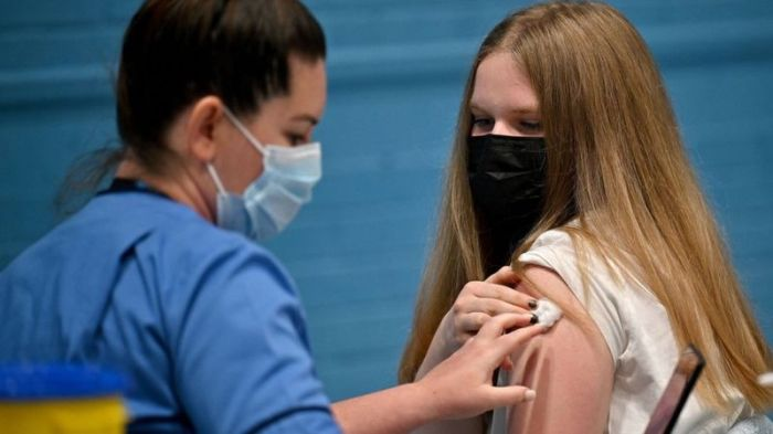 تقوم بعض الدول الأخرى بتطعيم المراهقين الأصغر سنا لبعض الوقت، بيد أن الأساليب تختلف