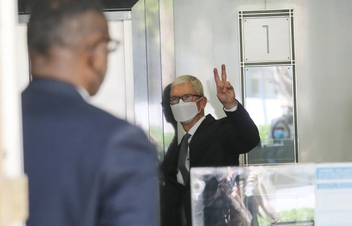 تيم كوك يغادر قاعة المحكمة بعد شهادته في مايو 2021