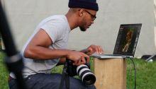 مصور محترف يستخدم كمبيوتر أبل ماك بوك للتعامل مع الصور التي يلتقطها
