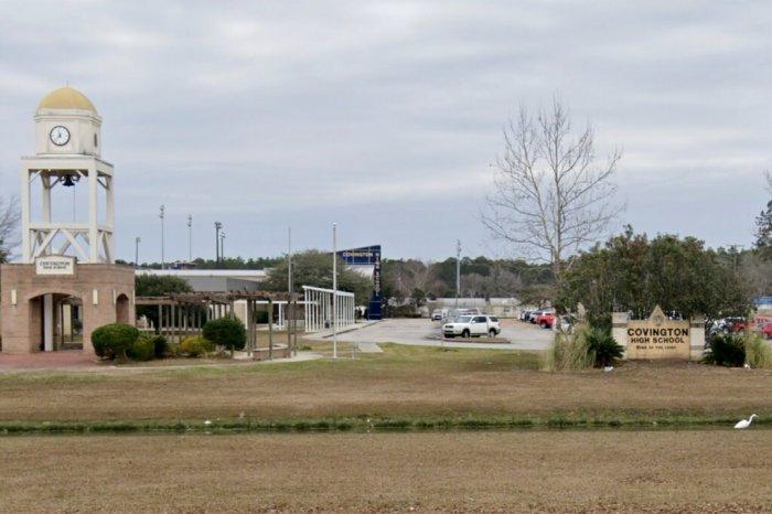 مدرسة كافنجتون الثانوية بولاية لوزيانا حيث تقول السلطات إن طالبة قامت بلكم معلمة أكثر من مرة