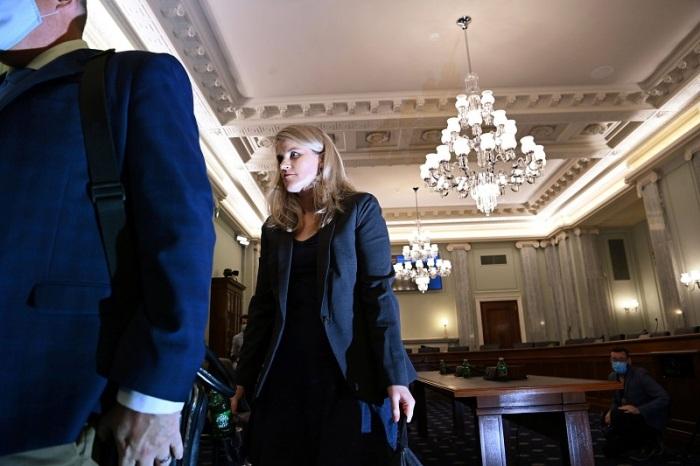 المديرة السابقة في فيسبوك فرانسس هاوجين في طريقها للأدلاء بشهادتها أمام لجنة بالكونجرس