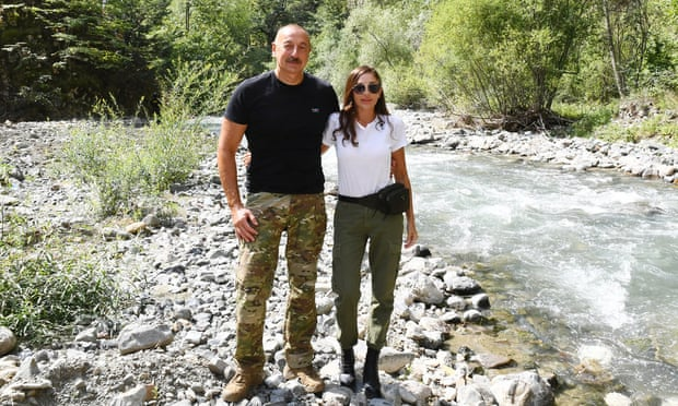 رئيس أذربيجان إلهام علييف وزوجته مهربان علييفا. قامت عائلة علييف بتداول ما يقرب من 400 مليون جنيه إسترليني من العقارات في المملكة المتحدة في السنوات الأخيرة