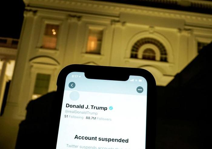 صورة توضيحية تُظهر حساب تويتر المُعلق للرئيس الأمريكي دونالد ترامب على شاشة موبايل أمام البيت الأبيض في واشنطن، الولايات المتحدة، 8 يناير 2021صورة توضيحية تُظهر حساب تويتر المُعلق للرئيس الأمريكي دونالد ترامب على شاشة موبايل أمام البيت الأبيض في واشنطن، الولايات المتحدة، 8 يناير 2021